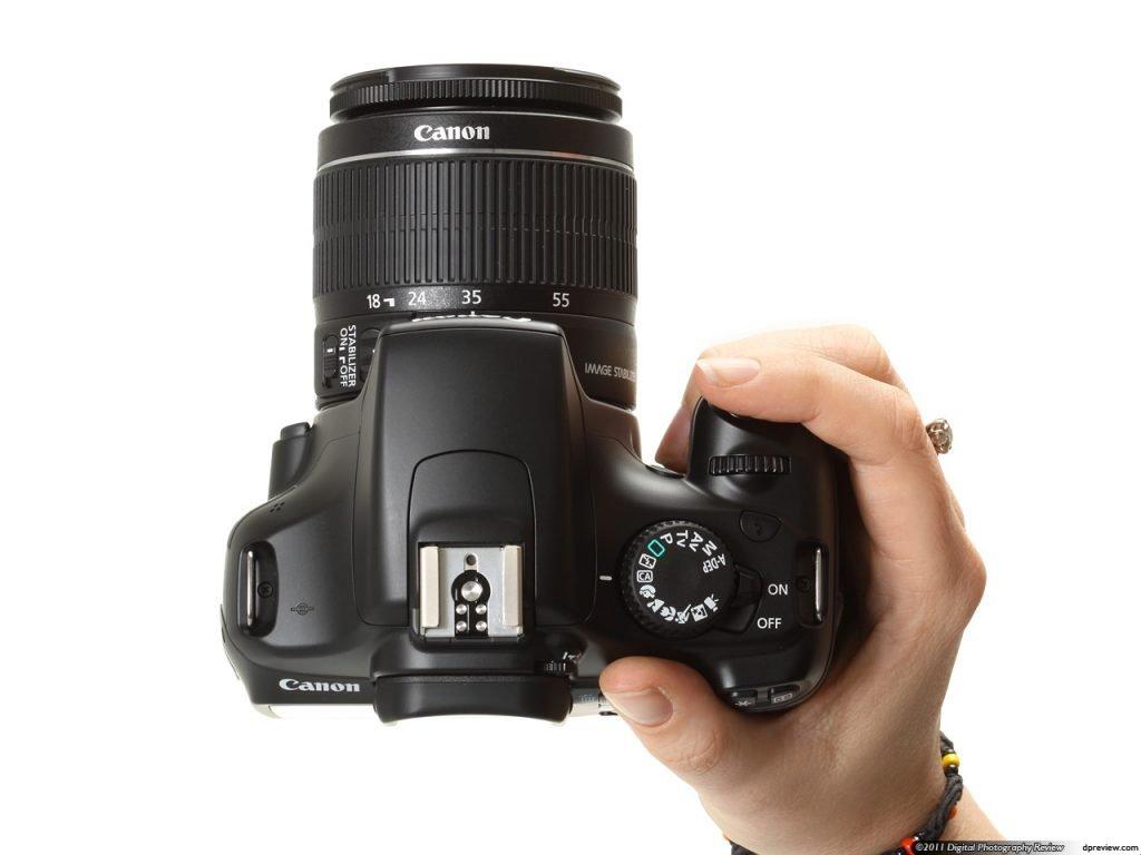 La EOS T3 es una cámara ligera y cómoda para llevar, incluso durante largos  períodos de tiempo. La distribución de botones es acertada y hace simple el  ...